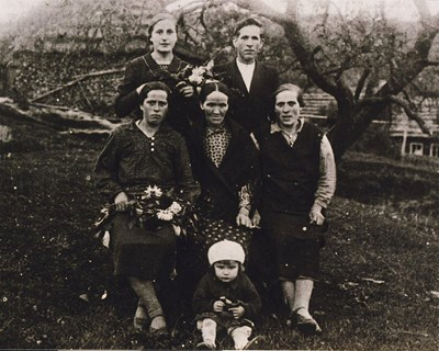 Keder Family in Poland 1932, Babci Karolina is on the left on top